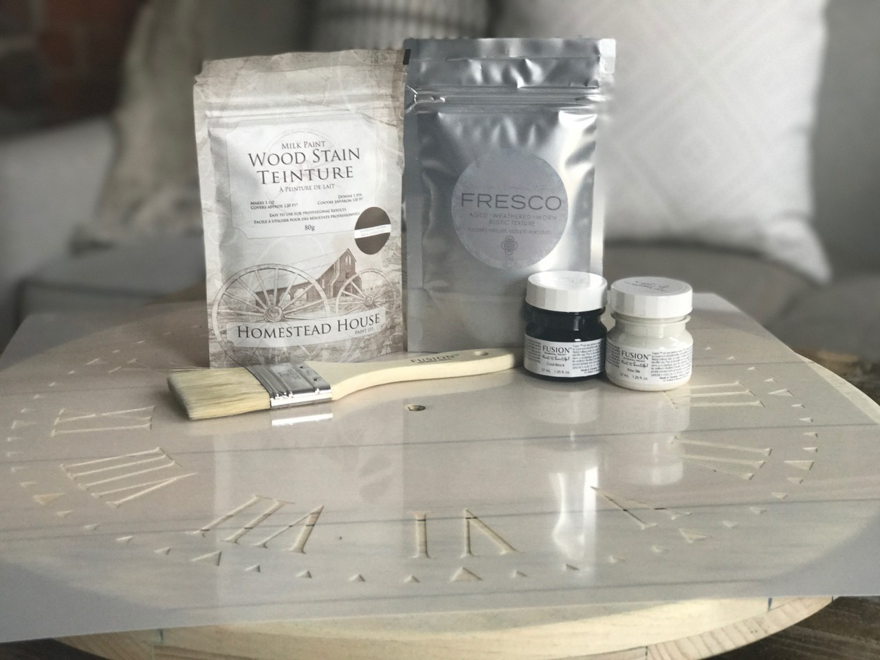 DIY Fixer Upper Style Farmhouse Clock. An amazing 'How To' by Fusion Mineral Paint.   fusionmineralpaint.com